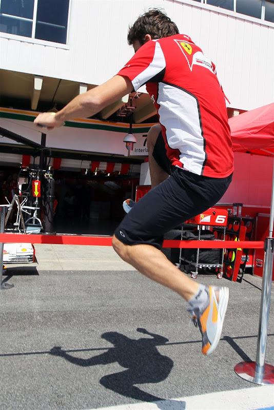прыжок Фернандо Алонсо через красную ленточку на пит-лейне на Гран-при Бразилии 2012