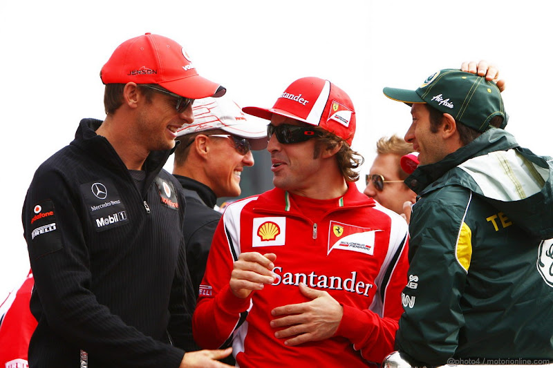 Дженсон Баттон и Фернандо Алонсо разговаривают на параде пилотов Гран-при Кореи 2011
