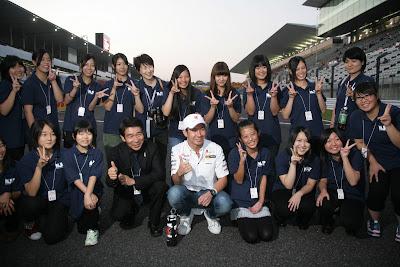 хор девушек из Фукусимы с Камуи Кобаяши на Гран-при Японии 2011