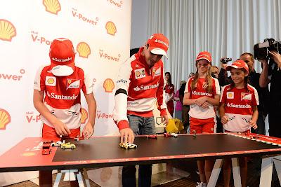 Фелипе Масса с детьми играют в лего Ferrari перед Гран-при Австралии 2013