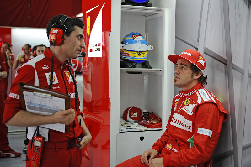 Андреа Стелла и Фернандо Алонсо в субботу на Гран-при Малайзии 2012