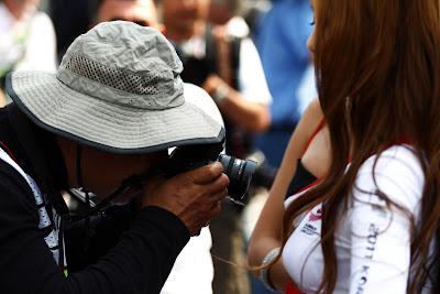 фотограф очень близко к пит-герле на Гран-при Кореи 2011