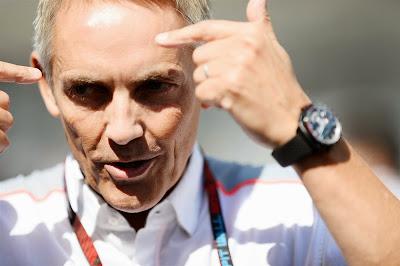 Мартин Уитмарш рассказывает что-то на Гран-при Японии 2013