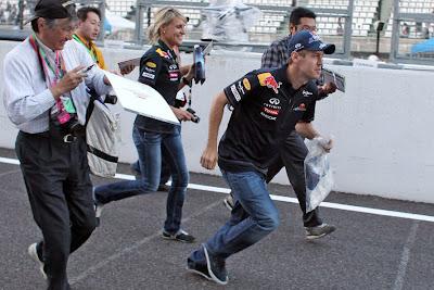 Себастьян Феттель и Бритта Роэске бегут на Гран-при Японии 2011