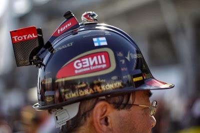 болельщик в оригинальном шлеме-болиде Lotus на Гран-при Японии 2013