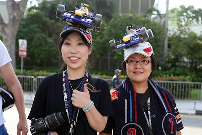 болельщицы Red Bull в кепках с болидами на Гран-при Сингапура 2013