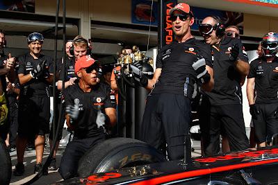 Льюис Хэмилтон и Дженсон Баттон победители по замене колеса на Гран-при Европы 2011