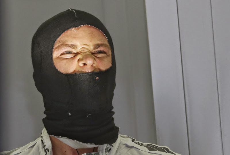 суровый Нико Росберг в черном подшлемнике на Гран-при Бахрейна 2014