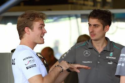 Нико Росберг рассказывает историю своим механикам на Гран-при Абу-Даби 2013