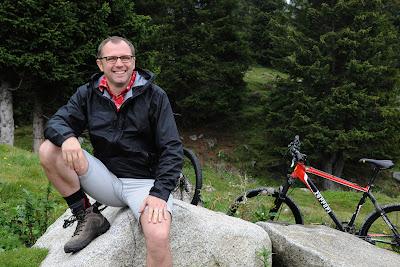 Стефано Доменикали сидит на камне во время поездки на горном велосипеде на летнем Wrooom 2011