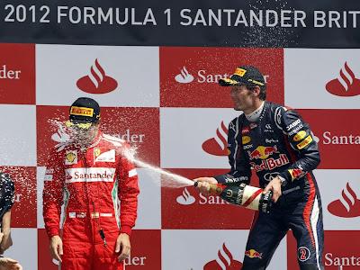 Марк Уэббер поливает Фернандо Алонсо шампанским на подиуме Сильверстоуна на Гран-при Великобритании 2012