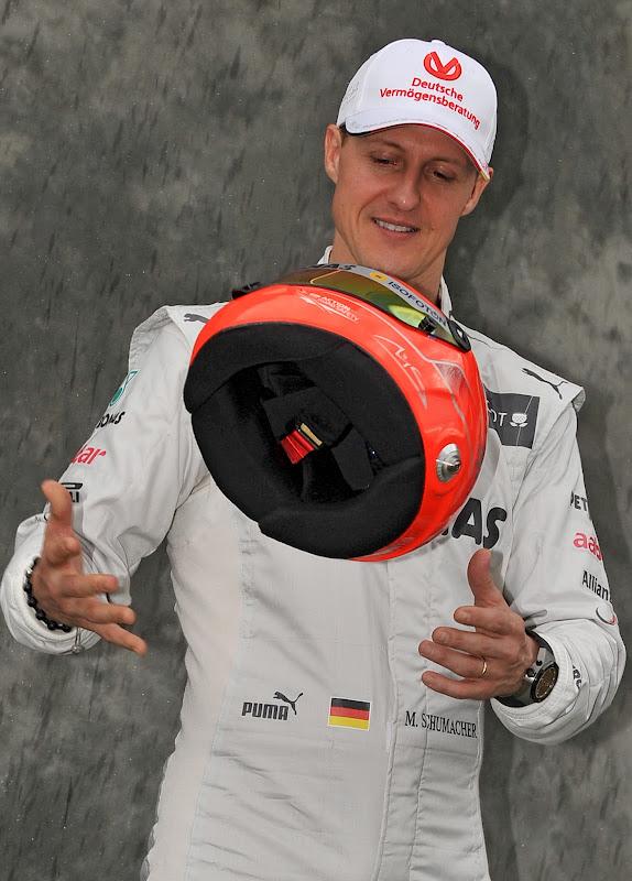 Михаэль Шумахер подбрасывает шлем на фотосессии пилотов на Гран-при Австралии 2012