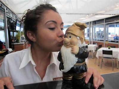 Гном Lotus получает поцелуйчик на Гран-при Великобритании 2012