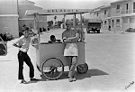 Carro de helados en el Barrio de san Joaquín. Años 70. (Charles). Biblioteca Municipal de Catral