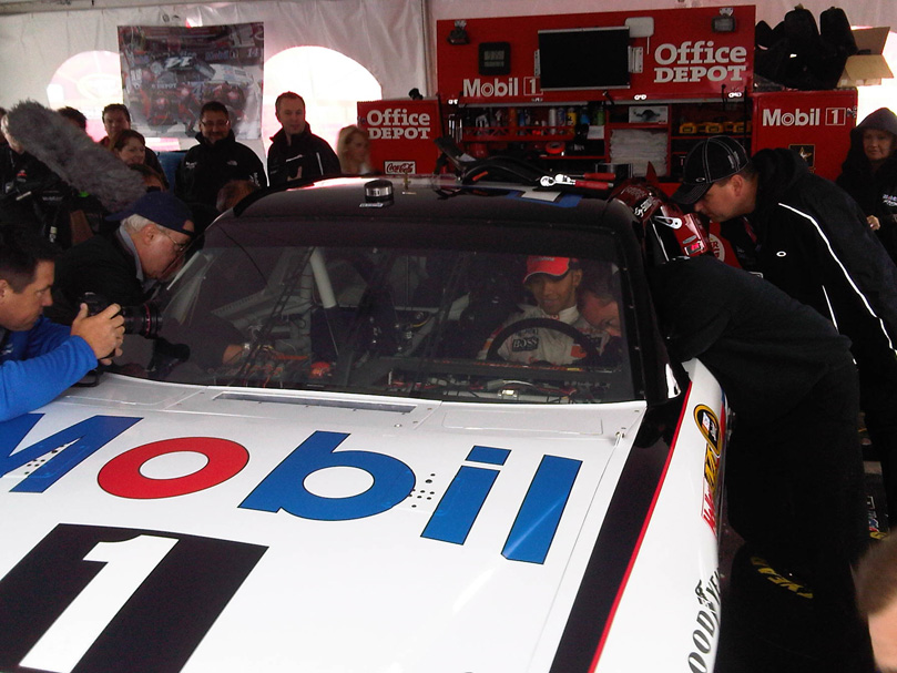 Льюис Хэмилтон в машине NASCAR Тони Стюарта Mobil 1 Office Depot Chevrolet в Уоткинс-Глене на Mobil 1 Car Swap 2011