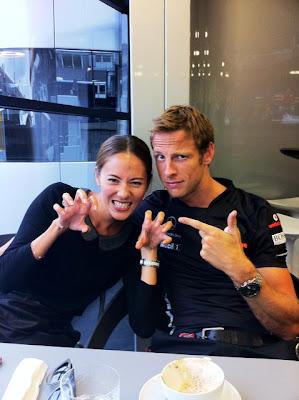 Джессика Мичибата и Дженсон Баттон в паддоке Спа на Гран-при Бельгии 2011