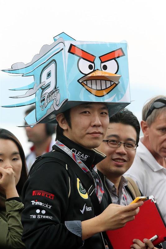 болельщик Кими Райкконена в шляпе Angry Birds на Гран-при Кореи 2012