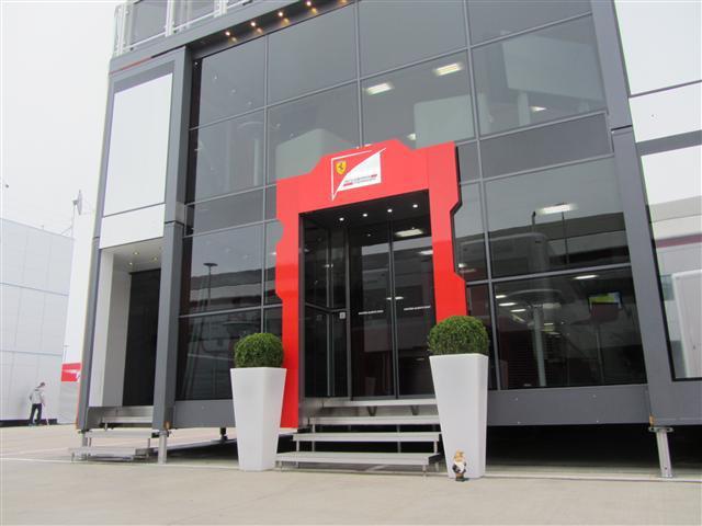 Гном Lotus у моторхоума Ferrari на Гран-при Великобритании 2012