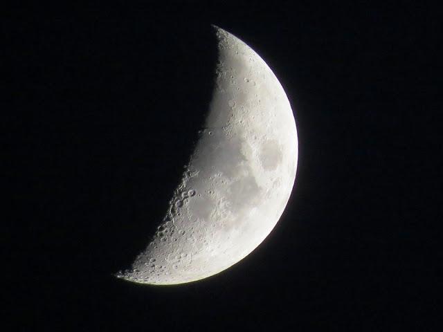 La Luna en cuarto creciente desde la azotea del hotel NH Ribera del ...