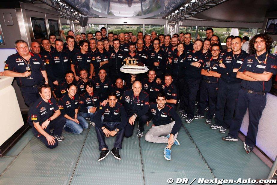 команда Toro Rosso фотографируется с тортом в моторхоуме в честь сотого Гран-при на Гран-при Венгрии 2011
