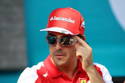 экстрасенс Фернандо Алонсо в очках на Гран-при Абу-Даби 2013