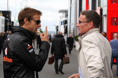 Дженсон Баттон показывает палец Дэвиду Култхарду на Гран-при Германии 2011