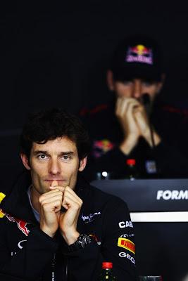 Марк Уэббер прижимает большой палец ко рту во время пресс-конференция на Гран-при Венгрии 2011