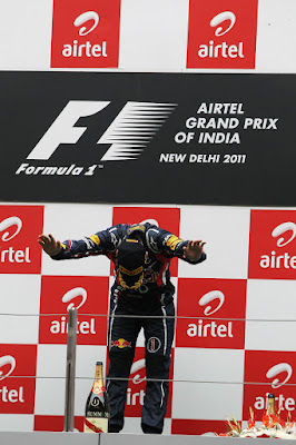 Себастьян Феттель кланяется на подиуме Гран-при Индии 2011