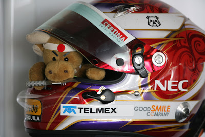 амулет Камуи Кобаяши в шлеме на Гран-при Монако 2011
