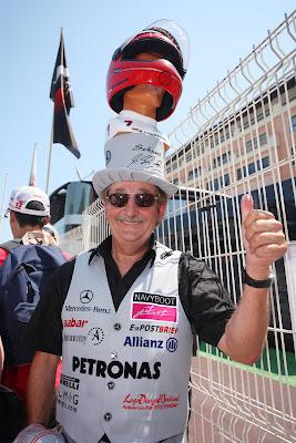 болельщик Михаэля Шумахера и Mercedes GP на Гран-при Монако 2011