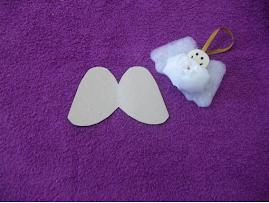 Material: Um molde para as assas de papelão.