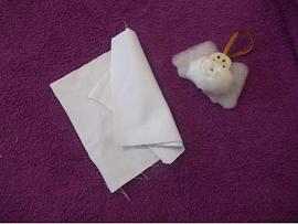 Material: Retalhos de tecido branco.