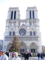 Y aquí está la Catedral de Notre-Dame, conocida por la leyenda del jorobado