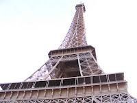La inevitable Torre Eiffel, vista desde su pie