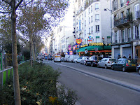 Y aquí el Boulevard de Clichy, lleno de espacios eróticos y luces de color rojo