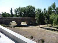 El Puente Romano, al sur de la ciudad, se aleja de la ciudad antigua cruzando el río Tormes