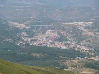 A los pies de la Sierra de Béjar se divisa el pueblo homónimo