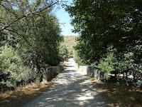 En las afueras del pueblo el Puente romano de la Malena cruza el río Cuerpo de Hombre