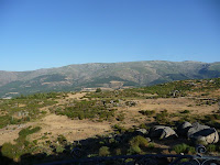 Mirando al este se encuentra la Sierra de Béjar, fragmento de la Sierra de Gredos