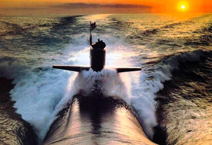фотограф с лодки фотографирует предмет