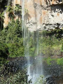 Qui se cache derrière la cascade ?