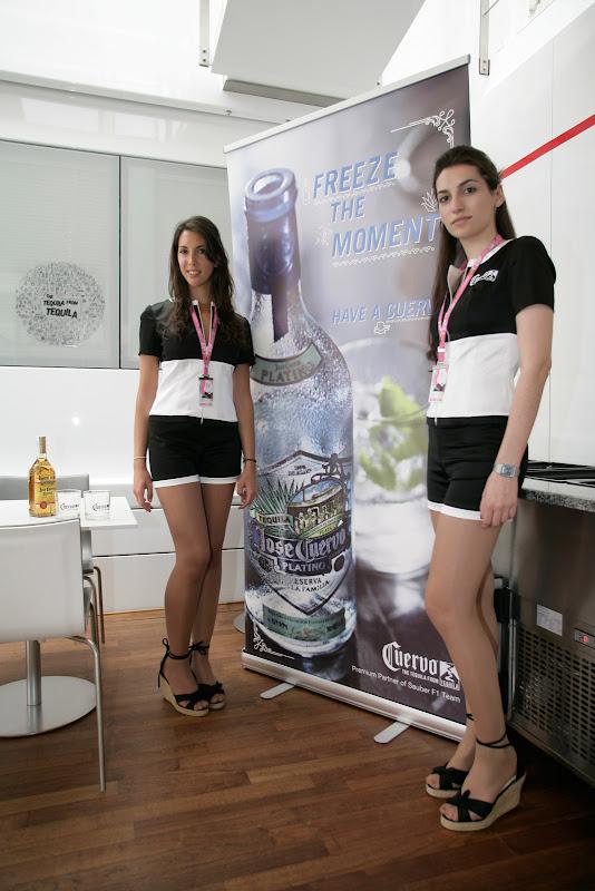 девушки Jose Cuervo Tequila на фоне плаката на Гран-при Испании 2011