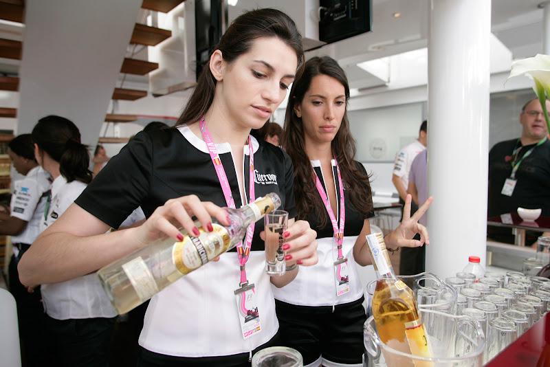девушки Jose Cuervo Tequila разливают алкогольные напитки на Гран-при Испании 2011