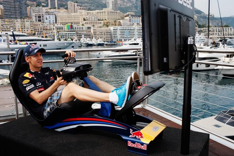 Себастьян Феттель играет в гоночный симулятор на Гран-при Монако 2011