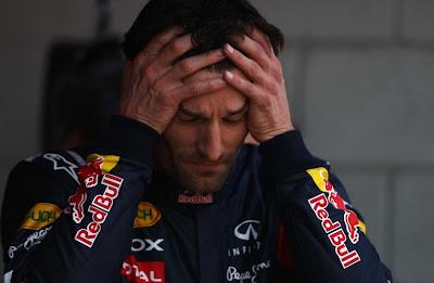 Марк Уэббер держится за голову после квалификации на Гран-при Испании 2011