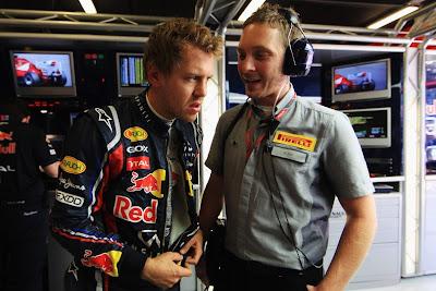 Себастьян Феттель разговаривает с представителем Pirelli на Гран-при Испании 2011