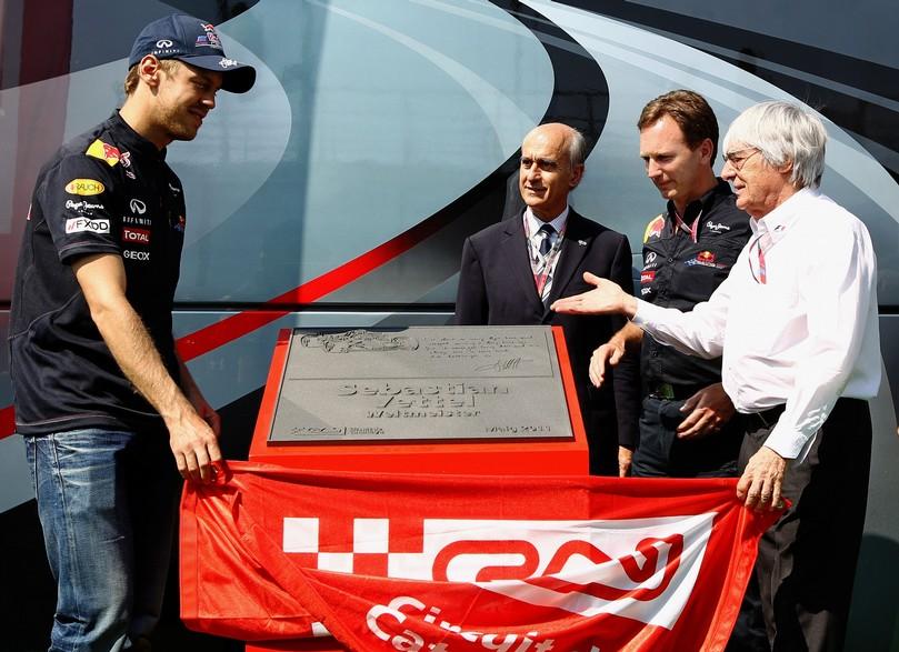 Себастьян Феттель и Берни Экклстоун открывают монумент на Гран-при Испании 2011