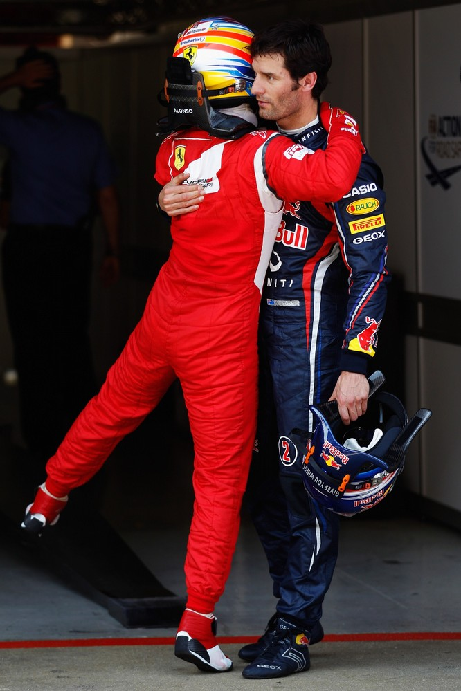 Фернандо Алонсо поздравляет Марка Уэббера с поулом на Гран-при Испании 2011