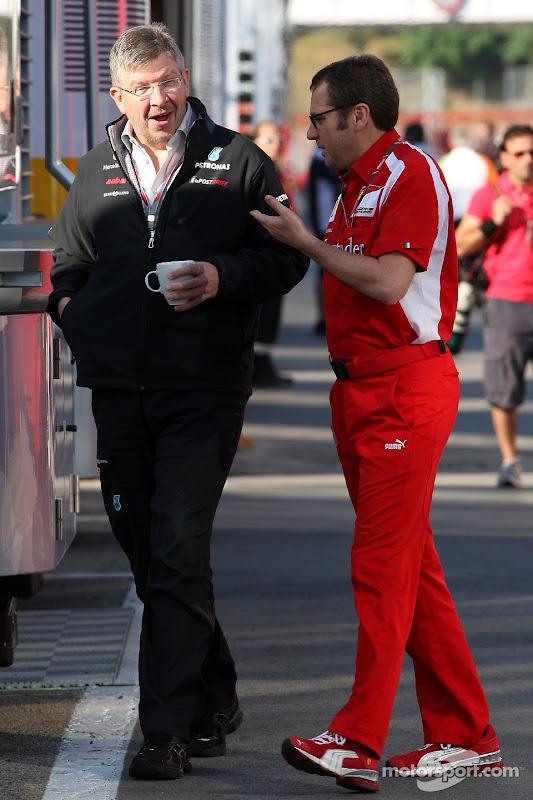 Росс Браун и Стефано Доменикали разговаривают в паддоке на Гран-при Испании 2011