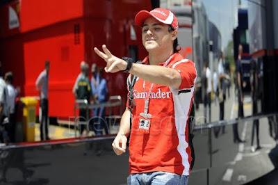 Фелипе Масса идет по паддоку на Гран-при Испании 2011